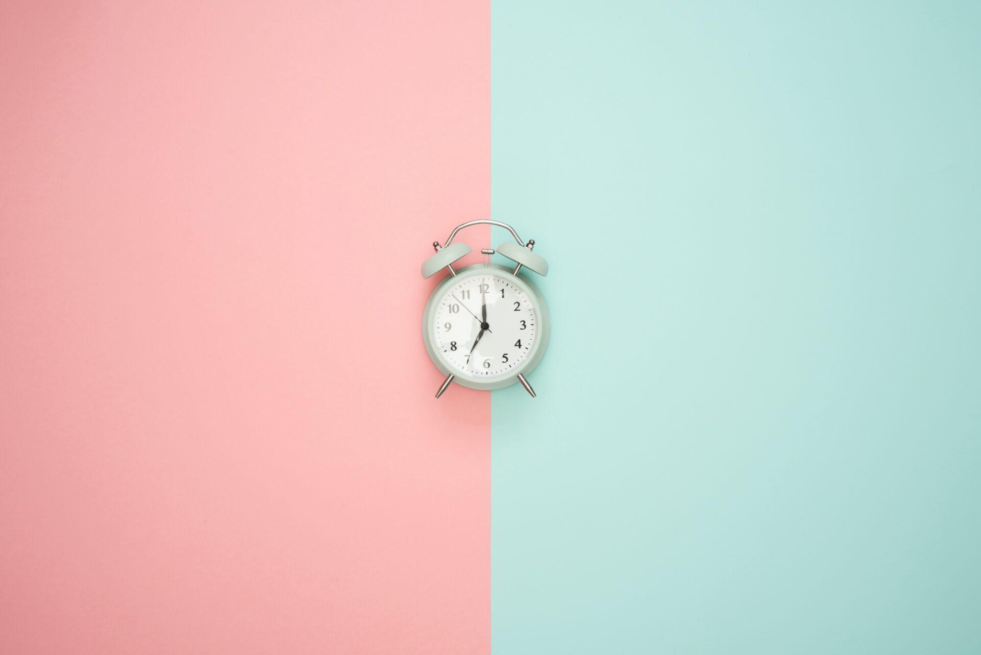 orologio su sfondo rosa verde